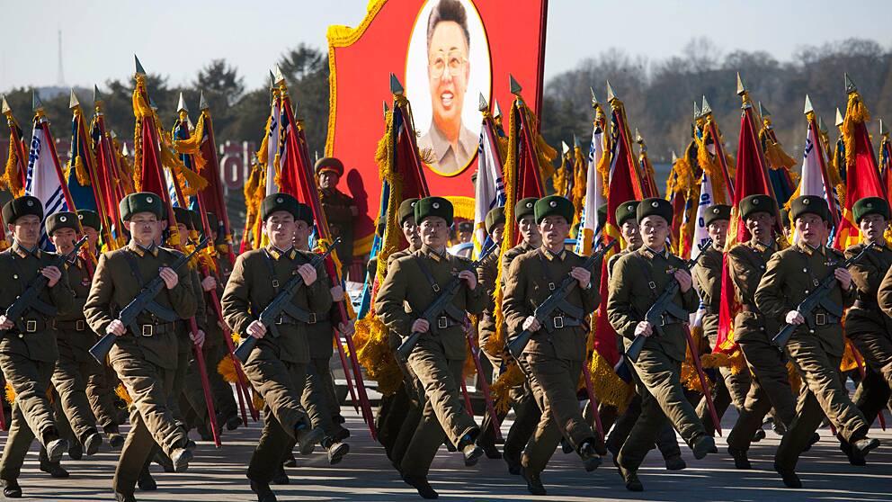 Nordkoreanska militärer marscherar genom Pyongyang.