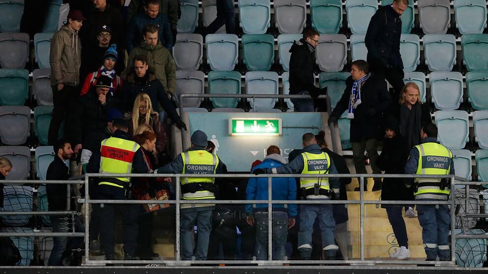 Matchen mellan IFK Göteborg och Malmö avbröts efter att ett knallskott kastats mot tidigare IFK-spelaren Tobias Sana och den assisterande domaren Mathias Klasenius.