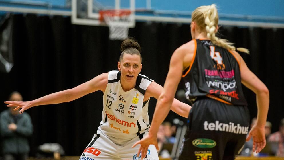 Luleås stjärna Anna Barthold försvarar på Umeås stjärnguard Frida Aili.