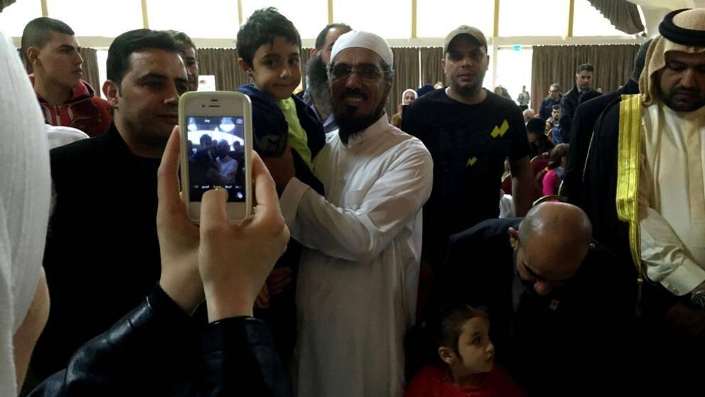 Imamen Salman al-Ouda fotograferas med publik på Amiralen i Malmö.