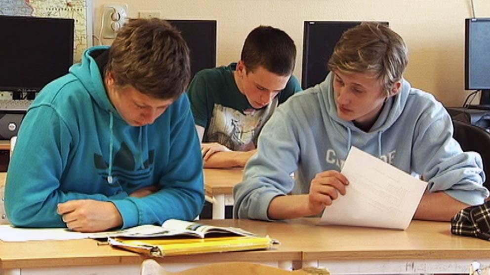 Två pojkar i ett klassrum.