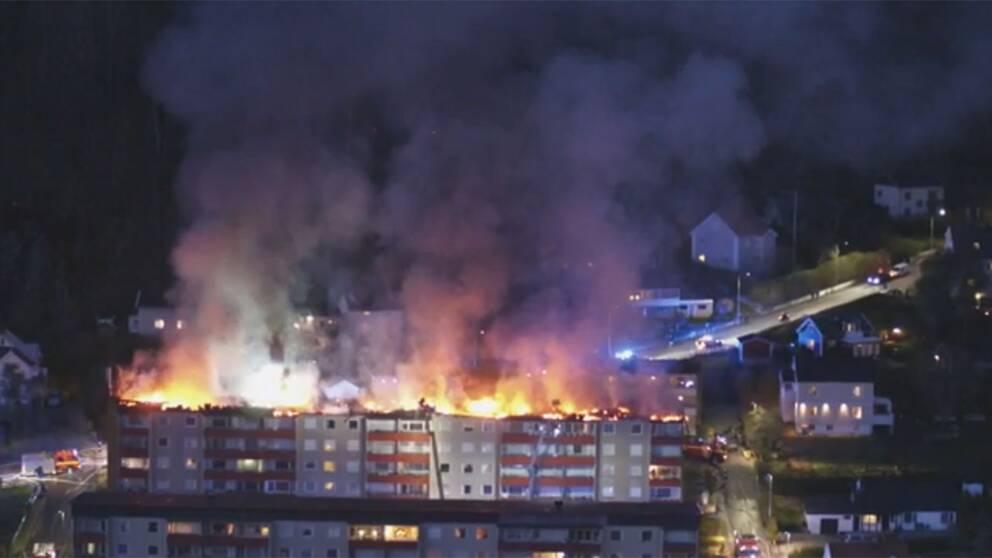 Minst fyra personer har skadats i Huskvarnabranden.