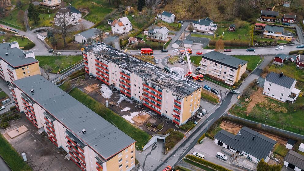 Det brandskadade huset i Huskvarna sett uppifrån.