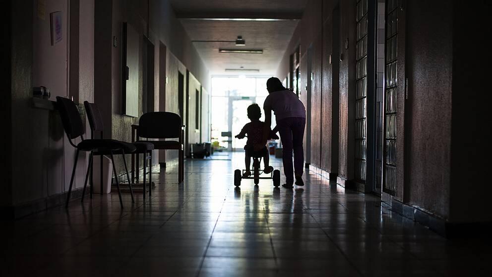 Asylsökande i korridor.