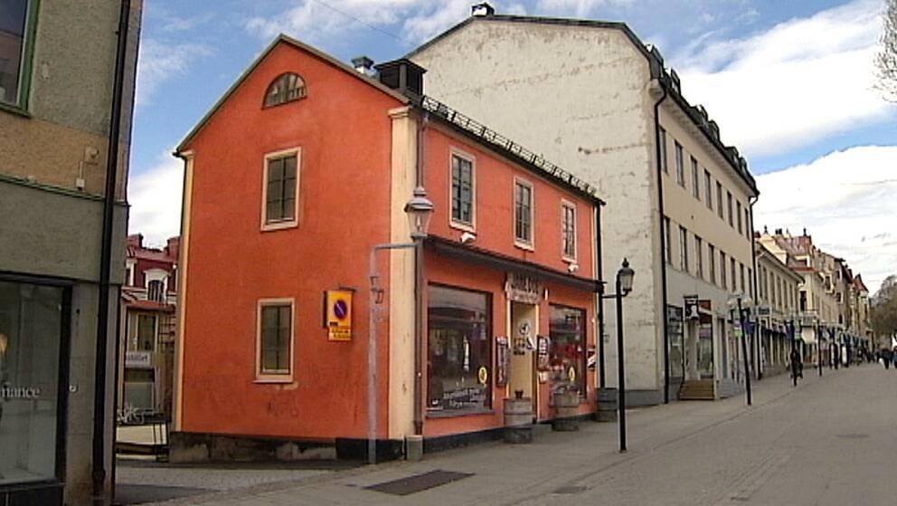 Nu höjs röster mot en rivning av det lilla orangea huset på Mårtens torg i Östersund.