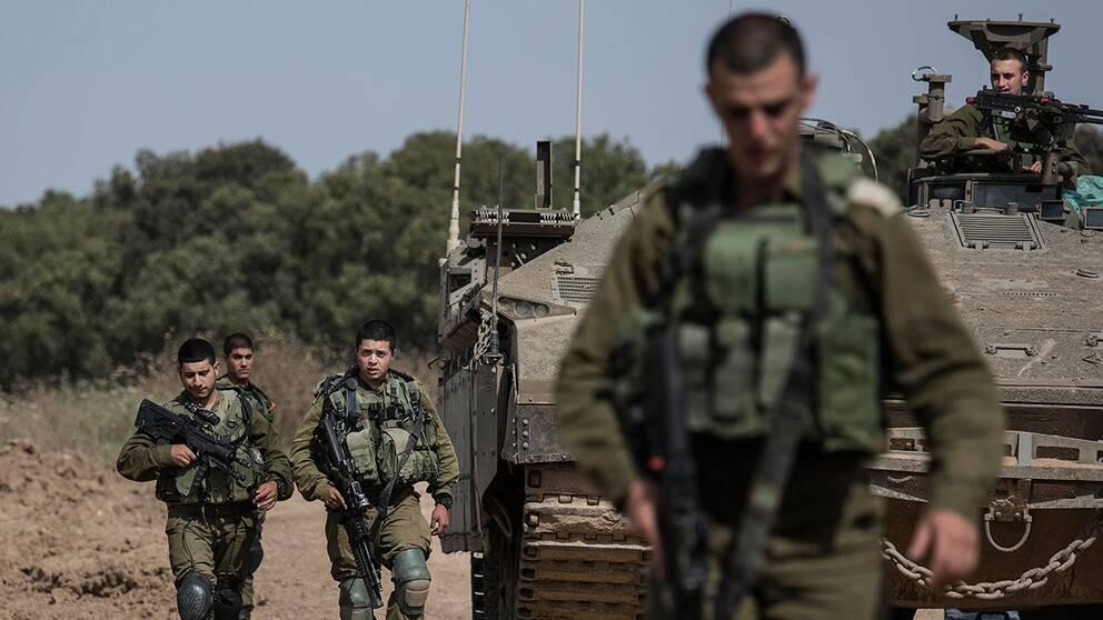 Israeliska soldater patrullerar vid gränsen mot Gazaremsan. Strider har för första gången på två år brutit ut mellan israeliska soldater och palestinier.