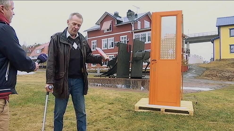 KG Wästerlund visar den genomskjutna dörren som vittnar om tragedin i Ådalen 1931.