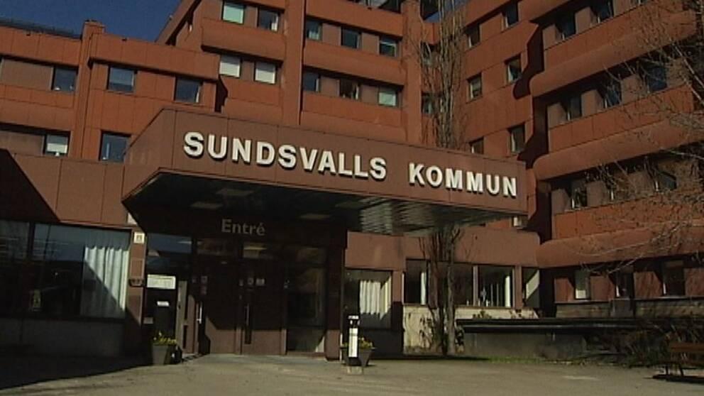 Bild på entrén vid Sundsvalls kommunhus.