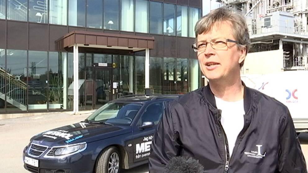 Rikard Gebart, energiprofessor, framför bilen han kör på metanol