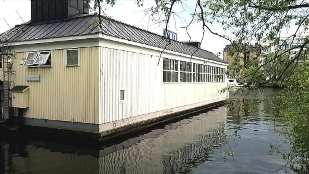 Liljeholmsbadets fasad. Dess grund är eftersatt och i behov av renovering.