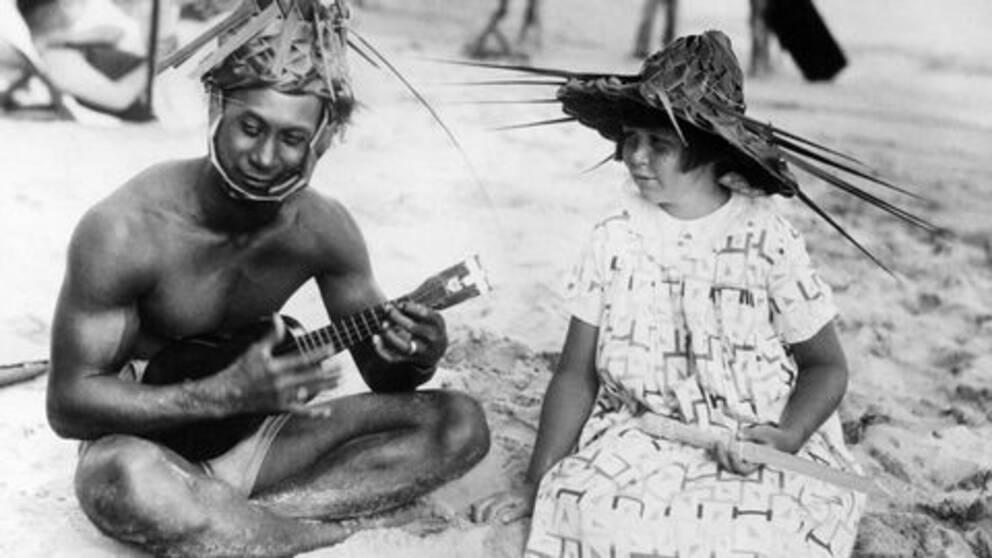 Ukelelespel på en strand på Hawaii någon gång under 1930-talet.