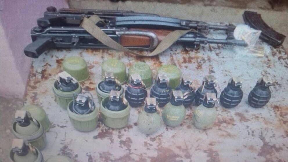 Totalförsvarets forskningsinstitut, FOI, tror att vapnen på bilden är två automatkarbiner, typ M70AB2 (en jugoslavisk motsvarighet till rysk AK-47, kalasjnikov) samt splitterspränggranater av typen M75 (svarta) och M52P3 (gröna).