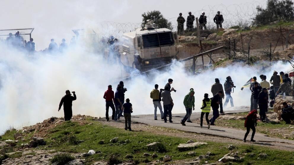 Palestinska, israeliska och utländska aktivister protesterar mot att Israel bygger en mur i Bilin på Västbanken. Bilden är från 2011.