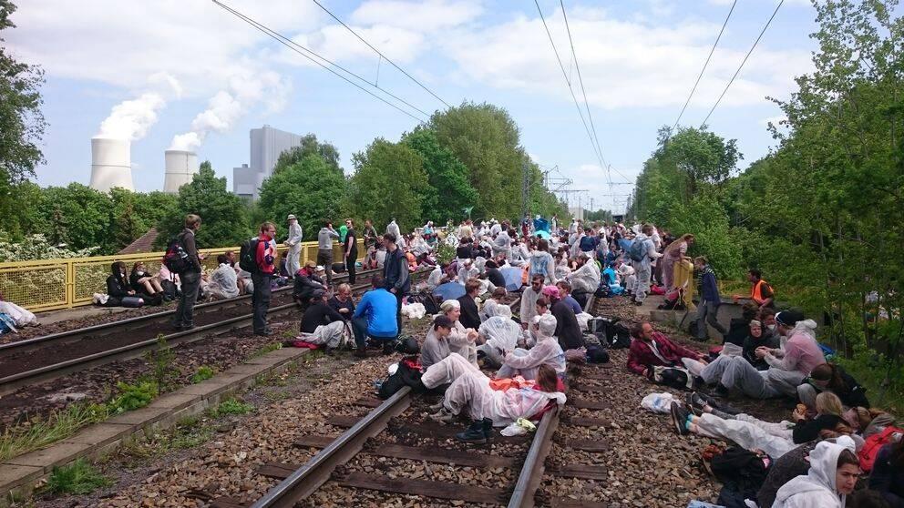 Aktivister blockerar ett av tågspåren på lördagen.