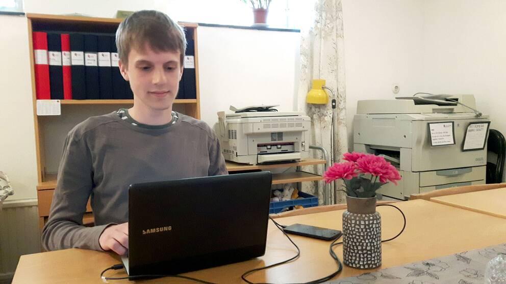 Oskar L Högfeldt med Asbergs syndrom vid datorn.