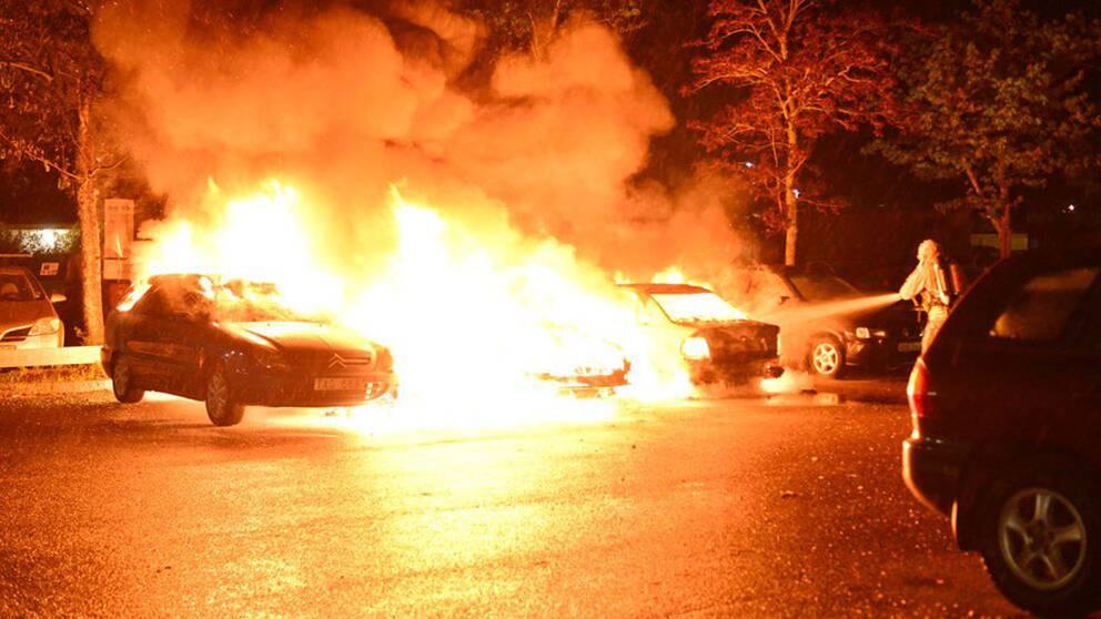 Bilbränder och stenkastning inatt