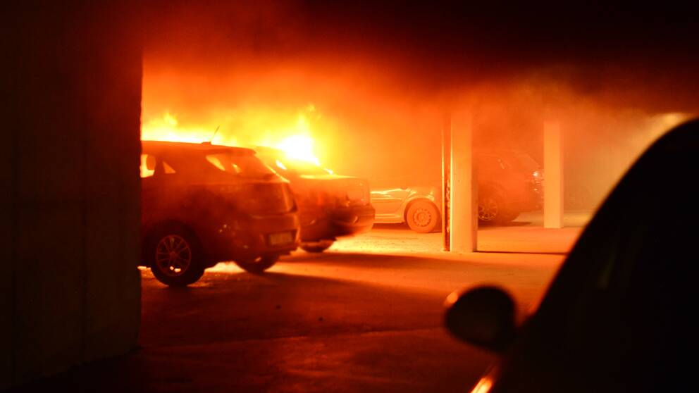 De två fordonen brann inne i ett garage i Klockaretorpet, i Norrköping.