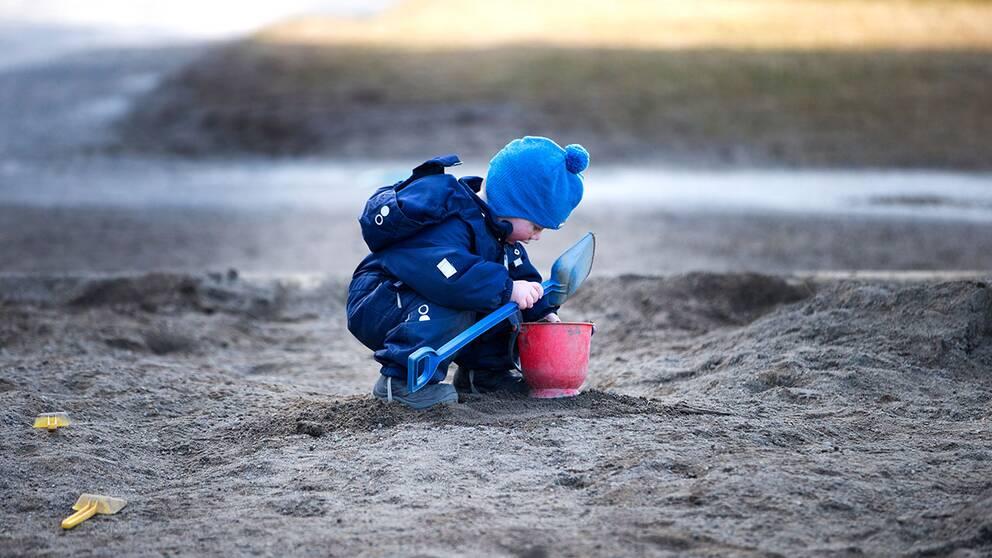 Barn i en sandlåda i Norge.