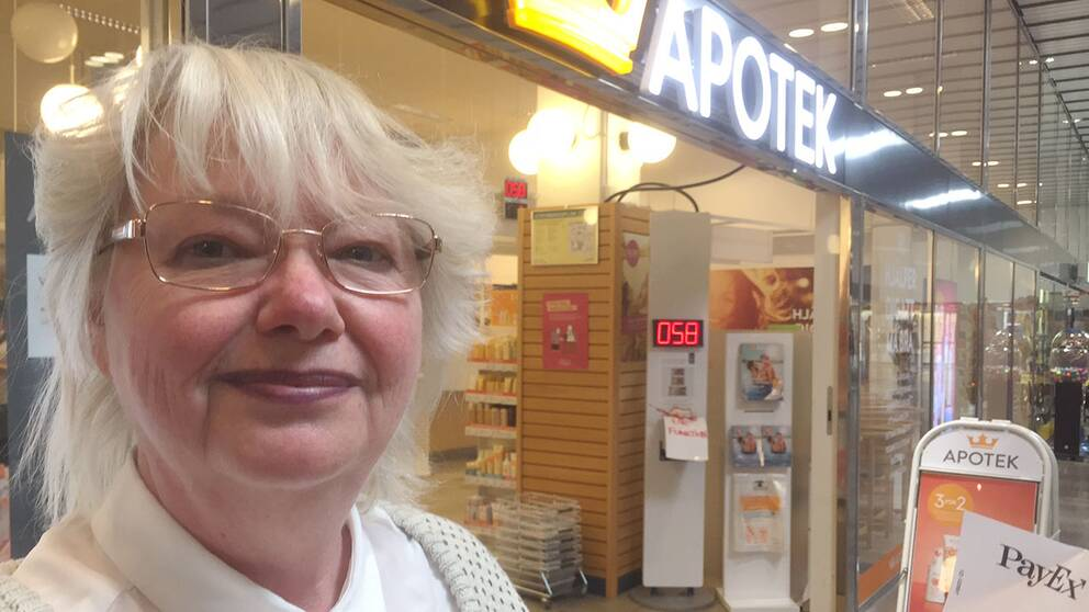 Gode man, Birgitta Kroon utanför Kronans droghandels apotek.