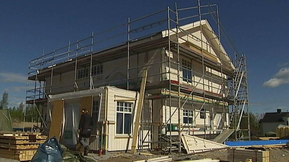 """Första huset vid Sidsjön i projektet """"Grönt boende"""" är redan på plats."""