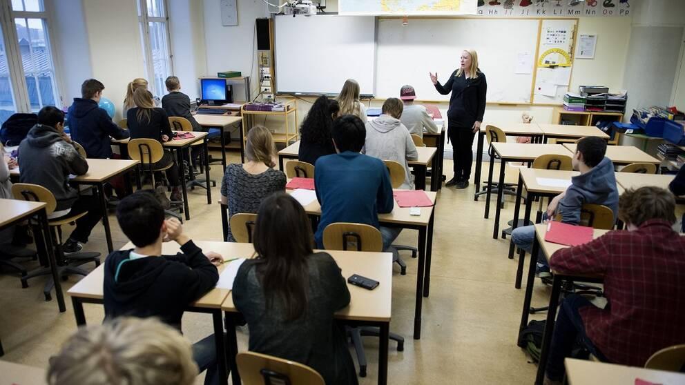 Lärare i klassrum.