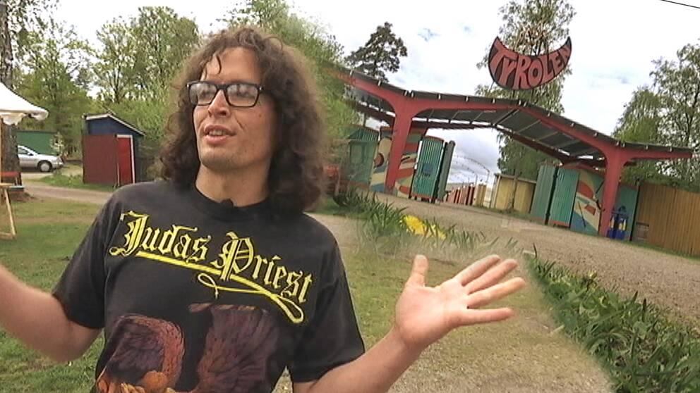 Jacob Hector, ordförande i Tyrolens vänner, och entrén till folkparken Tyrolen utanför Alvesta.
