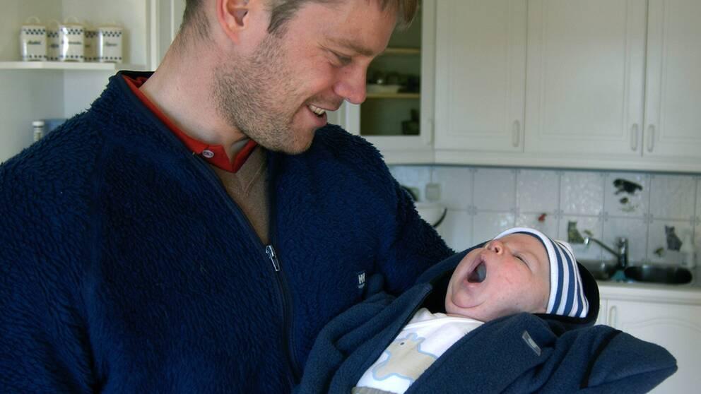 pappa med bäbis