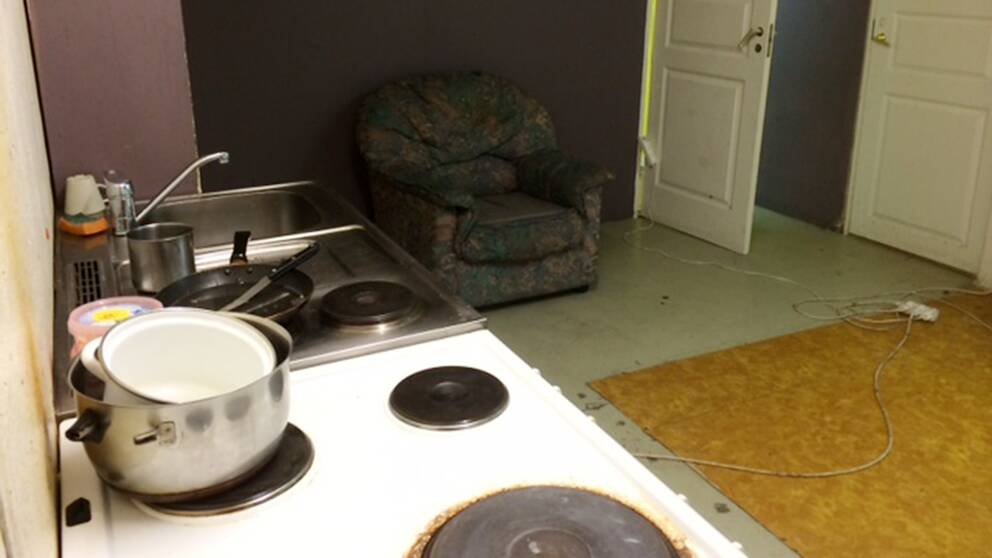 En smutsig spis och diskbänk i ett boende för EU-migranter i Motala.