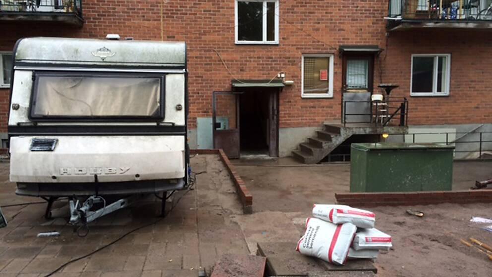 Hugvagn utanför bostaden och kablar som är dragna längs husväggarna.