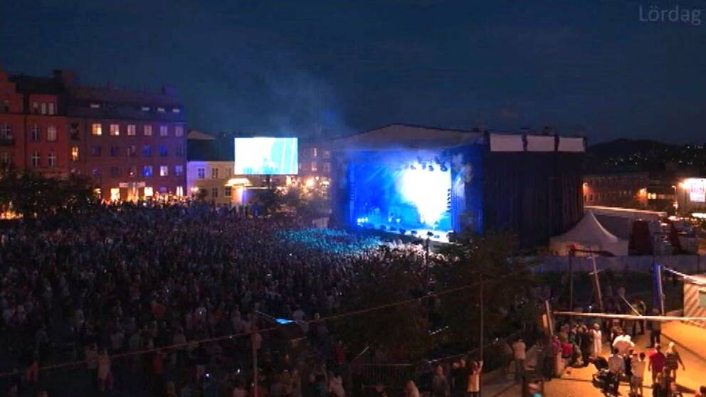 Nattbild, vy över Storsjöyrans scen och publikhav.