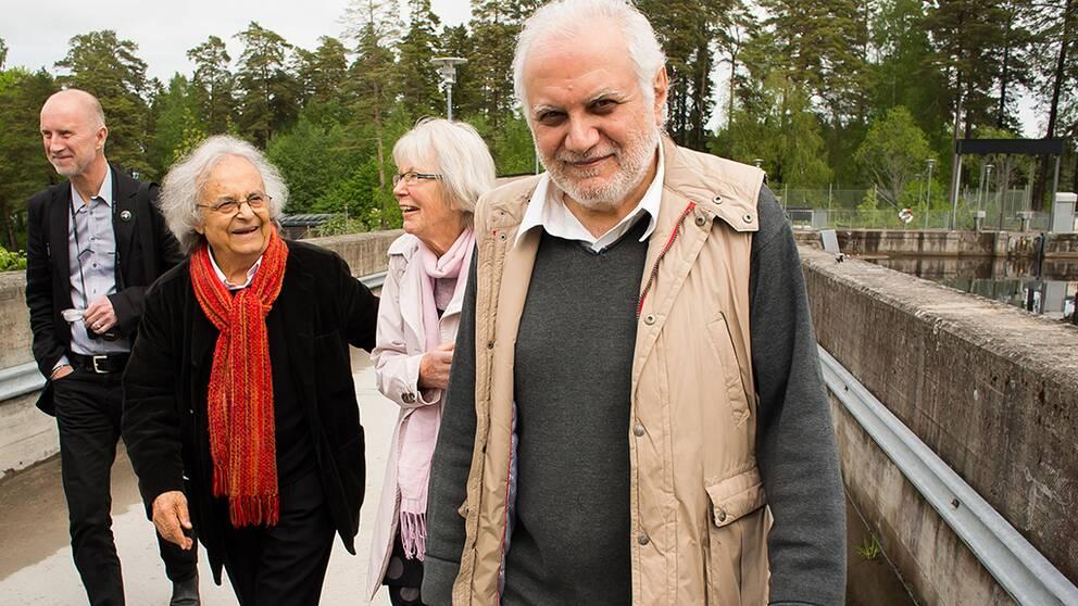 Adonis, Dagerman-juryns Kerstin Jacobsson och Hesham Bahari har just sett damluckorna i Dalälven öppnats till Adonis ära efter att han tagit emot Dagermanpriset i dag.