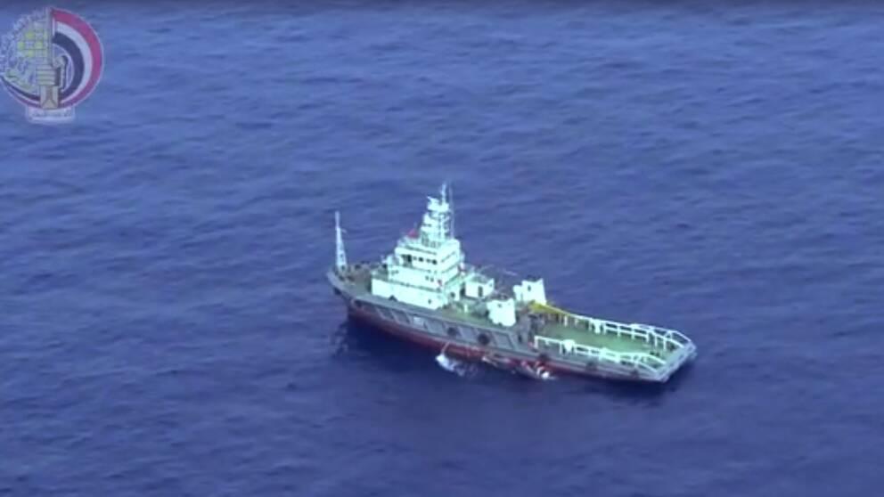 Ett egptiskt fartyg samlar vrakdelar från det kraschade planet.