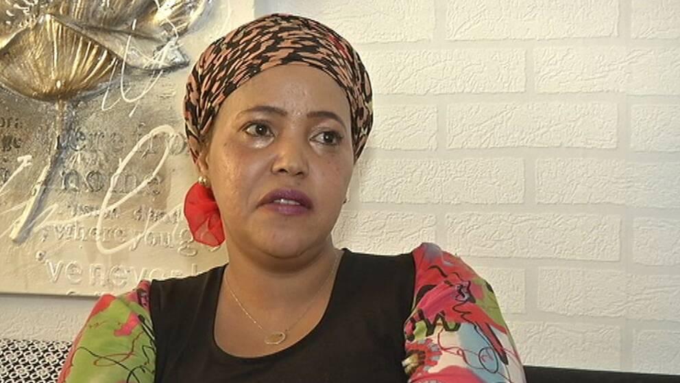 För Hani Hashi i Biskopsgården i Göteborg fanns många frågor kring hur en hennes barn skulle kunna förlösas. Den svenska vårdpersonalen ska nu få mer kunskap från Socialstyrelsen om hur de ska hantera könsstympade kvinnor.