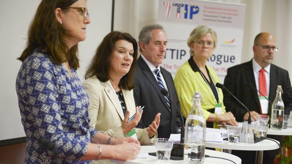 Från vänster EU-kommissionären Cecilia Malmström, EU- och handelsminister Ann Linde, USA:s handelsminister Michael Froman, Svenskt Näringslivs vd Carola Lemne och LO-basen Karl-Petter Thorwaldsson, under en pressträff i samband med ett seminarium i LO-huset om handelsavtalet TTIP, mellan EU och USA.