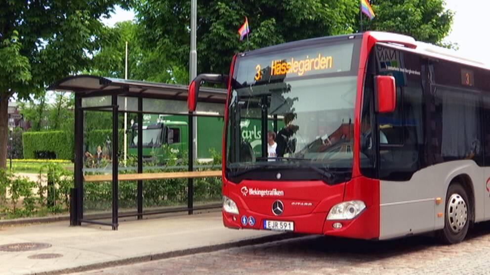 En stadsbuss i Karlskrona med prideflaggor.