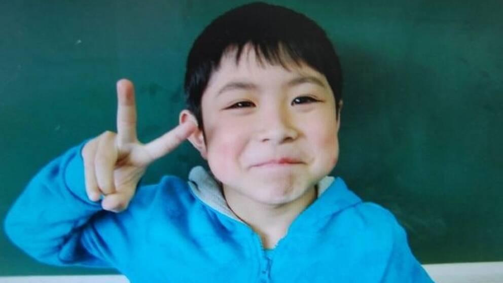 Sjuåringen hittades i en byggnad på en militärbas ett par kilometer från platsen där han lämnades.