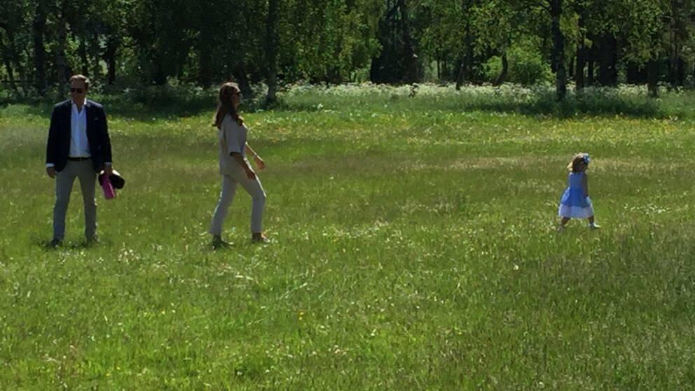 Prinsessan springer iväg från mamma i hästhagen.