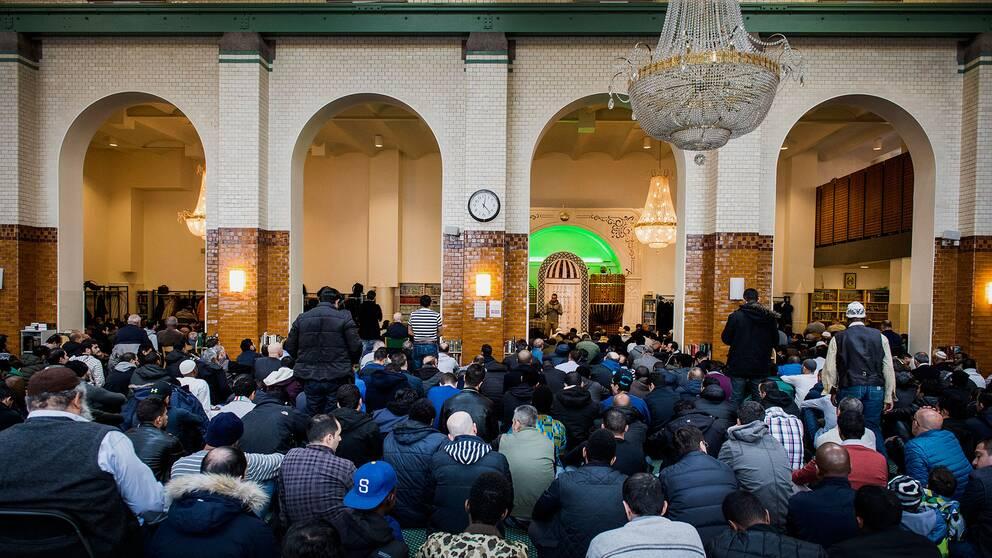 Fredagsbön i moskén på Södermalm i Stockholm.