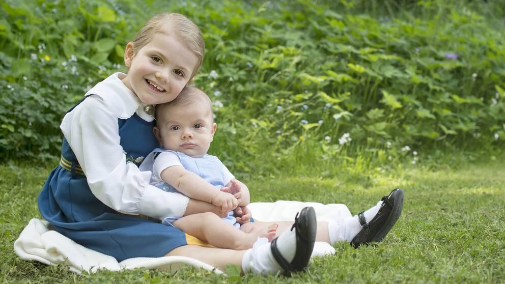 Prinsessan Estelle med lillebror prins Oscar.