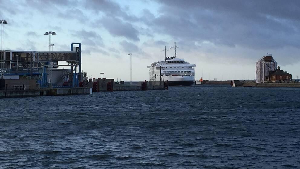 Färja kommer in till Helsingborgs hamn