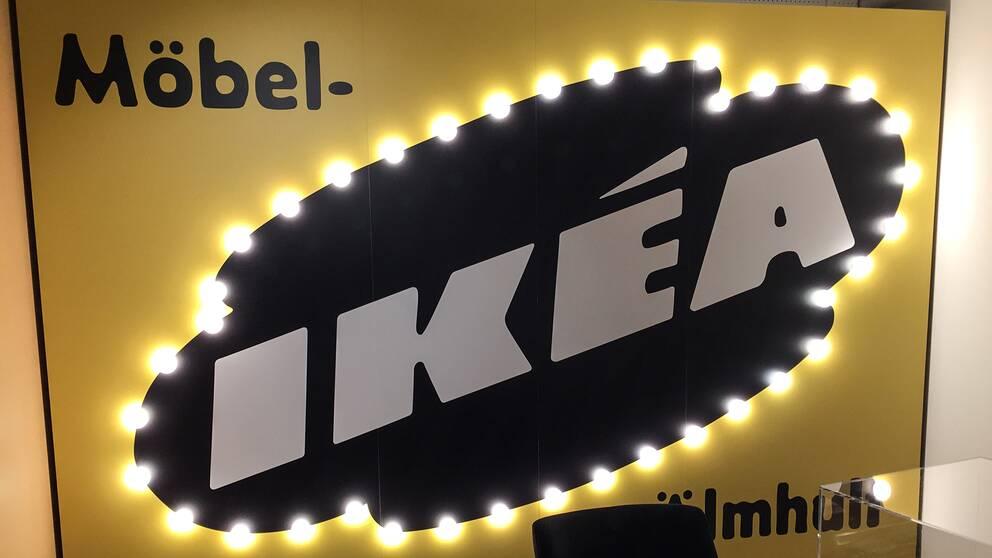 En skylt med texten Möbel-IKÉA Älmhult.