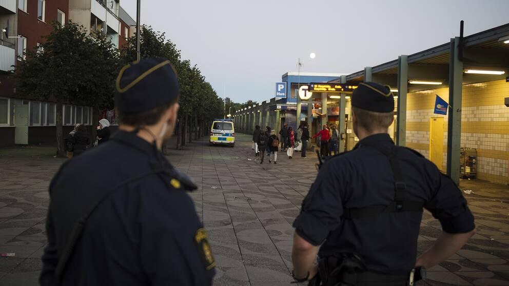 Poliser patrullerar vid Tenstagången. Arkivbild.