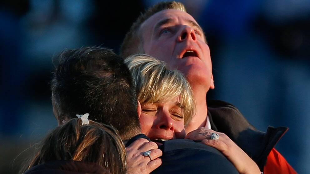 Sörjande föräldrar samlades utanför Sandy Hook Elementary School i Connecticut efter tragedin.
