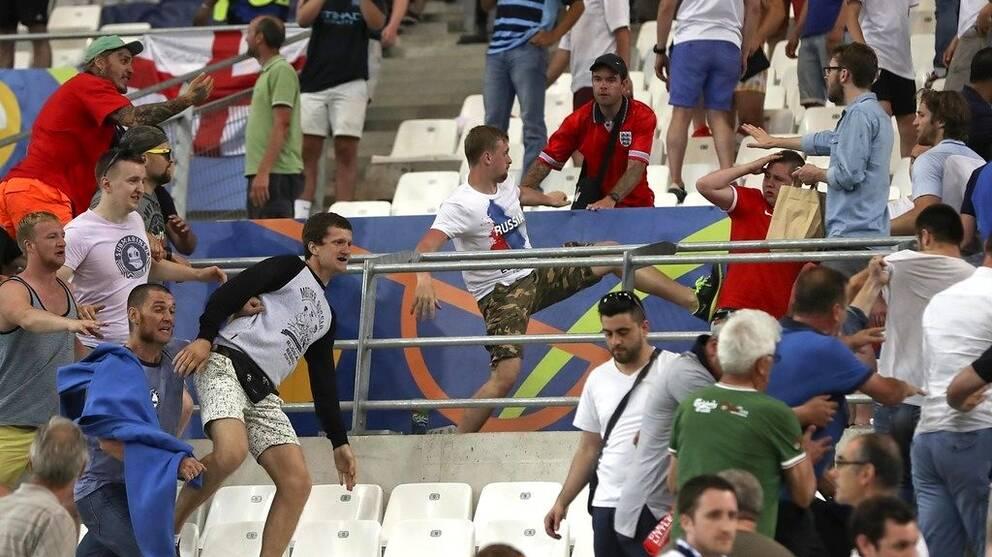 Sammandrabbningar bröt ut på läktaren efter EM-matchen mellan Ryssland och England i Marseille.