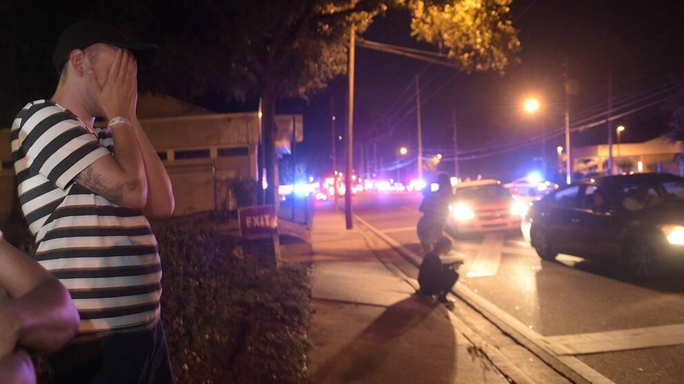 Människor utanför klubben där skjutningen inträffade.