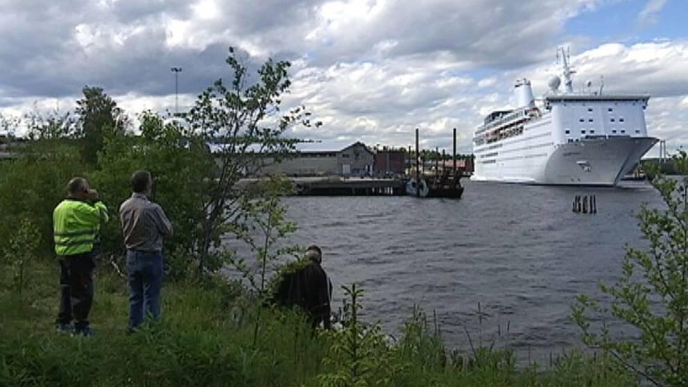 Vid klockan fem på tisdagskvällen anlände omstridda Ocean Gala, ett skepp som planerats att användas som asylboende, till hamnen i ångermanländska Utansjö. Där möttes man av upprörda människor. – Jag tycker det är bedrövligt, säger Fredrik Nordin från Älandsbro.