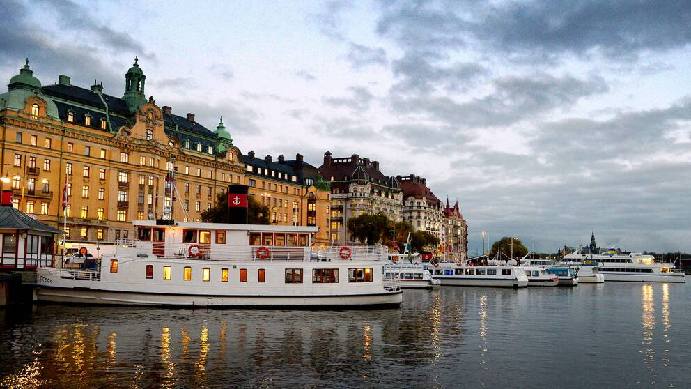 Båtar vid Nybrokajen i Stockholm.