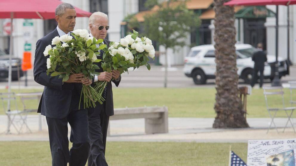 President Obama lägger ner blommor till minne av offren på gayklubben Pulse.