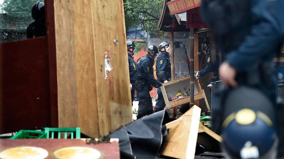 Köpenhamnspolisen genomför en större razzia mot droghandeln i stadsdelen Christiania i den danska huvudstaden.