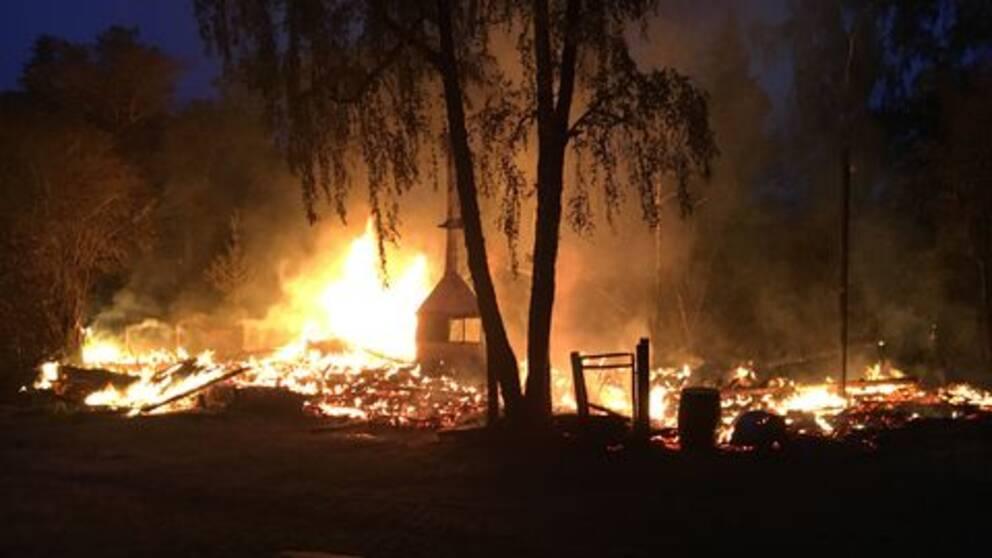 """Anlagd brand på Storholmens vikingaby. """"Allt förstört"""" säger Jac0ob Christman som jobbar i byn."""